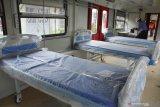 Petugas memeriksa bagian dalam Kereta Rel Listrik (KRL) yang dimodifikasi menjadi Kereta Medik Darurat di PT INKA (Persero) Madiun, Jawa Timur, Kamis (21/1/2021). PT INKA (Persero) memodifikasi tiga rangkaian KRL masing-masing terdiri delapan kereta menjadi Kereta Medik Darurat yang akan digunakan sebagai rumah sakit lapangan untuk keperluan ruang isolasi bagi pasien positif COVID-19 seiring dengan terus meningkatnya jumlah kasus positif COVID-19, dan penempatan kereta tersebut akan dikoordinasikan dengan Satgas COVID-19 Jawa Timur. Antara Jatim/Siswowidodo/zk.