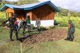 Babinsa Koramil Assologaima bersama warga binaan buat lahan pertanian