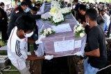 Keluarga dan rekan mengusung peti jenazah pramugari Sriwijaya Air SJ 182 Mia Tresetyani Wadu saat pemakaman , di Taman Makam Umat Kristiani Mumbul, Nusa Dua, Badung, Kamis (21/1/2021). Mia Tresetyani merupakan salah satu korban kecelakaan pesawat Sriwijaya Air SJ 182 rute Jakarta-Pontianak yang telah diidentifikasi oleh tim Disaster Victim Identification (DVI) Polri. ANTARA FOTO/Fikri Yusuf/nym.
