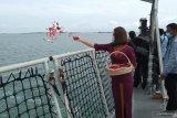 Keluarga korban kecelakaan Sriwijaya Air tabur bunga di Kepulauan Seribu