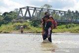 Murid Sekolah Terpaksa Menyeberangsi Sungai Di Desa Pedalam Aceh