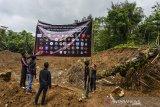 Aliansi Masyarakat Peduli Galunggung (AMPEG) memasang sepanduk penolakan penambangan pasir di Kawasan Dinding Ari Gunung Galunggung, Kampung Leuweng Keusik, Kabupaten Tasikmalaya, Jawa Barat, Jumat (22/1/2021). Mereka menuntut untuk mencabut Izin Usaha Penambangan (IUP) yang dikeluarkan oleh Pemerintah Provinsi Jabar yang dinilai merusak lingkungan dan ekosistem alam. ANTARA JABAR/Adeng Bustomi/agr