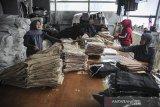 Pekerja melakukan pengemasan celana di salah satu industri tekstil di Kopo, Kabupaten Bandung, Jawa Barat, Jumat (21/1/2021). Asosiasi Pertekstilan Indonesia (API) mencatat pertumbuhan industri Tekstil dan Produk Tekstil (TPT) pada triwulan kedua 2020 terkontraksi hingga minus 1,24 persen dan memprediksi industri tersebut akan bisa kembali pulih pada akhir 2021 atau 2022. ANTARA JABAR/Raisan Al Farisi/agr