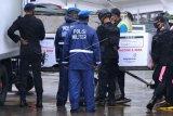 Petugas memindahkan vaksin COVID-19 produksi Sinovac dari pesawat udara di Bandara Internasional I Gusti Ngurah Rai, Badung, Bali, Jumat (22/1/2021). Provinsi Bali menerima pengiriman vaksin Sinovac tahap ketiga sebanyak 25.320 dosis yang dikirimkan melalui transportasi udara. ANTARA FOTO/Fikri Yusuf/nym.