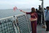 Keluarga korban kecelakaan SJ-182 lakukan tabur bunga di Kepulauan Seribu