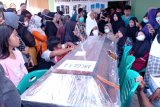 Isak tangis  iringi pemakaman Angga korban SJ182 di Kuranji Padang