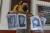 Kabid Humas Polda Aceh, Kombes Pol Winardy memperlihatkan sejumlah foto barang bukti milik terduga teroris pascapenangkapan di Banda Aceh, Sabtu (23/1/2021). Densus 88 Anti Teror Polri di Aceh mengamankan lima terduga teroris yang ditangkap di lokasi berbeda di Aceh itu, diduga terlibat kasus sebelumnya jaringan bom Polrestabes Medan, pembuatan bom jaringan teroris di Riau dan selain juga berencana pembuatan bom untuk aksi teror di Aceh dan dari hasil penangkapan polisi mengaman barang bukti berupa bahan pembuatan bom , berupa pupuk kalium, nitrat, bubuk arang aktif, peluru gotri, silfer cosmos, batangan logam serta busur panah dan selain buku kajian ISIS, paspor, compact disk serta handphone. Antara Aceh/Ampelsa.
