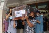 Warga menggotong peti mati berisi korban pesawat Sriwijaya Air SJ-182, Rahmania Ekananda untuk dishalatkan di Pare, Kediri, Jawa Timur, Sabtu (23/1/2021). Jenazah Rahmania Ekananda beserta anak ke duanya Fatimah Asalim dimakamkan di Kediri sedangkan anak pertamanya Fazila Amara belum ditemukan. Antara Jatim/Prasetia Fauzani/zk.