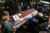 Warga menggotong dua peti mati berisi jenazah korban pesawat Sriwijaya Air SJ-182, Rahmania Ekananda dan Fatimah Asalim untuk dimakamkan di Pare, Kediri, Jawa Timur, Sabtu (23/1/2021). Jenazah Rahmania Ekananda beserta anak ke duanya Fatimah Asalim dimakamkan di Kediri sedangkan anak pertamanya Fazila Amara belum ditemukan. Antara Jatim/Prasetia Fauzani/zk.