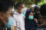 Keluarga dan kerabat menghadiri pemakaman korban pesawat Sriwijaya Air SJ-182, Rahmania Ekananda dan Fatimah Asalim di Pare, Kediri, Jawa Timur, Sabtu (23/1/2021). Jenazah Rahmania Ekananda beserta anak ke duanya Fatimah Asalim dimakamkan di Kediri sedangkan anak pertamanya Fazila Amara belum ditemukan. Antara Jatim/Prasetia Fauzani/zk.