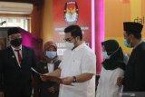 Pasangan Calon Bupati dan Wakil Bupati Terpilih Haninditho Himawan Pramono (tengah) - Dewi Mariya Ulfa (ke dua kanan) menerima berita acara penetapan pasangan calon bupati terpilih dari Ketua KPU Kediri Ninik Sunarmi (ke dua kiri) di Kediri, Jawa Timur, Jumat (22/1/2021). KPU daerah setempat menetapkan anak dari Sekretaris Kabinet Pramono Anung tersebut menjadi calon bupati terpilih pada pilkada Kediri 2020. Antara Jatim/Prasetia Fauzani/zk.
