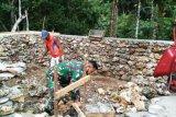 Babinsa Posramil Warsa bantu bangun pandosasi rumah warga