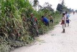 Babinsa Koramil Arso bersama warga kerja bakti bersihkan lingkungan