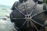 Warga temukan bola hitam terdampar di tepi pantai
