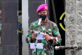 Komandan Lantamal XII/Pontianak Brigjen TNI Mariner Andi Rukman melepas pendistribusian bantuan untuk korban bencana ke Mamuju dan Majene Sulawesi Barat, di Pontianak Kalbar pasa Selasa (26/1/2021). Bantuan tersebut diantaranya beras dan sejumlah sembako lainnya. FOTO ANTARA/Indra/Timotius
