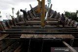 Pekerja membawa kayu untuk merehab kapal nelayan di galangan tradisional Gampong Mulia, Banda Aceh, Aceh, Selasa (26/1/2021). Pelaku usaha galangan kapal tradisional mengaku kesulitan memperoleh bahan baku kayu dan berharap adanya kebijakan dari Pemerintah guna memenuhi kebutuhan bahan baku utama untuk perbaikan kapal kayu. Antara Aceh/Irwansyah Putra.