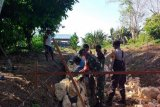 Babinsa-Bhabinkamtibmas bantu pembuatan saluran irigasi Kampung Intaimelyan