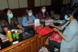 Sejumlah pelaku UMKM mengikuti pelatihan onboarding ke ekosistem digital dalam rangkaian Gerakan Nasional Bangga Buatan Indonesia (Gernas BBI) 2021 di Kantor Gubernur Bali, Denpasar, Bali, Selasa (26/1/2021). Kegiatan yang diselenggarakan oleh Kementerian Koordinator Bidang Kemaritiman dan Investasi Republik Indonesia tersebut untuk mendorong percepatan transformasi digital usaha mikro kecil dan menengah (UMKM) di Bali sebagai upaya mendukung Gerakan Nasional Bangga Buatan Indonesia. ANTARA FOTO/Nyoman Hendra Wibowo/nym.