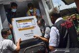 Petugas mengangkat kardus berisi vaksin COVID-19 Sinovac saat tiba di gudang farmasi Dinas Kesehatan Kabupaten Ciamis, Jawa Barat, Rabu (27/1/2021). Dinas Kesehatan daerah setempat menerima sebanyak 6.600 dosis vaksin tahap pertama untuk 3.300 tenaga kesehatan dengan total kebutuhan sebanyak 1,7 juta vaksin yang nantinya akan didistribusikan ke 37 puskesmas. ANTARA JABAR/Adeng Bustomi/agr