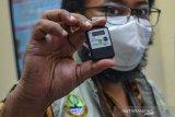 Petugas menunjukan chip barcode vaksin COVID-19 Sinovac saat tiba di gudang farmasi Dinas Kesehatan Kabupaten Ciamis, Jawa Barat, Rabu (27/1/2021). Dinas Kesehatan daerah setempat menerima sebanyak 6.600 dosis vaksin tahap pertama untuk 3.300 tenaga kesehatan dengan total kebutuhan sebanyak 1,7 juta vaksin yang nantinya akan didistribusikan ke 37 puskesmas. ANTARA JABAR/Adeng Bustomi/agr