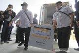 Petugas menurunkan kotak berisi vaksin Covid-19 Sinovac dari mobil saat tiba di gudang farmasi Dinas Kesehatan Kabupaten Indramayu, Jawa Barat, Rabu (27/1/2021). Dinas Kesehatan Kabupaten Indramayu menerima sebanyak 9.200 dosis vaksin COVID-19 Sinovac untuk 4.600 tenaga kesehatan guna pencegahan penularan COVID-19. ANTARA JABAR/Dedhez Anggara/agr