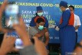 Petugas kesehatan bersiap menyuntikkan vaksin COVID-19 kepada Wali Kota Kediri Abdullah Abu Bakar (kiri) di Kota Kediri, Jawa Timur, Rabu (27/1/2021). Sebanyak 3.680 tenaga kesehatan di Kota Kediri akan divaksin pada tahap pertama di 6 rumah sakit dan 9 puskesmas. Antara Jatim/Prasetia Fauzani/zk.