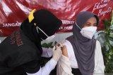 Petugas kesehatan menyuntikkan vaksin COVID-19 Sinovac di Puskesmas Kaliwates, Jember, Jawa Timur, Rabu (27/1/2021). Kabupaten Jember memulai vaksinasi COVID-19 tahap pertama dengan vaksinasi sebanyak 6.800 vial (botol vaksin). Antara Jatim/Seno/zk.