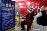Aktivitas vaksinasi COVID-19 Sinovac untuk tenaga kesehatan di Rumah Sakit Umum Zainal Abidin (RSUZA), Banda Aceh, Aceh, Rabu (27/1/2021). Menteri Kesehatan Budi Gunadi Sadikin menyebutkan terdapat 15 persen dari 1,48 juta tenaga kesehatan tahap pertama belum dapat diberikan vaksinasi COVID-19 karena terkendala tekanan darah tinggi dan memiliki penyakit penyerta (komorbid). Antara Aceh/Irwansyah Putra