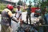 Babinsa Koramil Abepura bersihkan saluran drainase