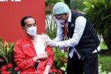 Presiden Joko Widodo (kiri) disuntik dosis kedua vaksin COVID-19 produksi Sinovac oleh vaksinator Wakil Ketua Dokter Kepresidenan Prof Abdul Mutalib di halaman tengah Istana Merdeka, Jakarta, Rabu (27/1/2021). Penyuntikan dosis kedua vaksin COVID-19 ke Presiden Joko Widodo tersebut sebagai lanjutan vaksinasi COVID-19 tahap pertama 13 Januari 2021 . ANTARA FOTO/HO/Setpres-Lukas/nym.
