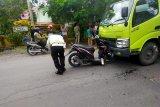 Truk dan sepeda motor di Penunjak Lombok Tengah adu banteng