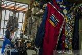 Pekerja menyelesaikan pesanan pakaian Batik Reunceum (banyak corak dan pola) di Rumah Produksi batik Reunceum, Bandung, Jawa Barat, Kamis (28/1/2021). Produksi Batik Reunceum yang berasal dari pengrajin di Kota Solo tersebut dipadukan untuk desain Kaos, Jaket serta blouse yang dijual dengan kisaran harga Rp. 275 ribu hingga Rp. 475 ribu tesebut dipasarkan ke seluruh wilayah di Indonesia hingga diekspor ke Filipina, Hongkong serta Singapura. ANTARA JABAR/Novrian Arbi/agr
