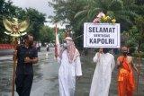 Sejumlah warga dengan mengenakan pakaian umat beragama melakukan aksi ucapan selamat bertugas Kapolri di Manahan, Solo, Jawa Tengah, Rabu (27/1/2021). Aksi tersebut sebagai ucapan selamat dan bentuk dukungan atas pelantikan Kapolri yang baru Jendral Polisi Listyo Sigit Prabowo. ANTARA FOTO/Mohammad Ayudha/foc.