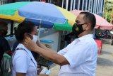 Polisi bagikan masker pada warga Jayapura yang beraktivitas di luar rumah