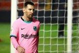 Luis Suarez nilai Messi bebas pensiun di mana pun