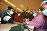 Wakil Menteri Kesehatan Dante Saksono Harbuwono (kiri) didampingi Pelaksana Tugas (Plt) Wali Kota Surabaya Whisnu Sakti Buana (kedua kiri) memeriksa tekanan darah saat meninjau pelaksanaan vaksinasi COVID-19 di Surabaya, Jawa Timur, Minggu (31/1/2021). Kehadiran Dante Saksono Harbuwono di Surabaya tersebut untuk membuka dan meninjau secara langsung pelaksanaan vaksinasi COVID-19 kepada tenaga kesehatan di Surabaya. Antara Jatim/Didik/Zk