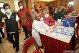 Wakil Menteri Kesehatan Dante Saksono Harbuwono (kiri) didampingi Pelaksana Tugas (Plt) Wali Kota Surabaya Whisnu Sakti Buana (kedua kiri) meninjau pelaksanaan vaksinasi COVID-19 di Surabaya, Jawa Timur, Minggu (31/1/2021). Kehadiran Dante Saksono Harbuwono di Surabaya tersebut untuk membuka dan meninjau secara langsung pelaksanaan vaksinasi COVID-19 kepada tenaga kesehatan di Surabaya. Antara Jatim/Didik/Zk
