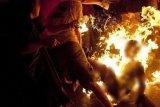 Seorang  pria tega bakar istrinya sendiri
