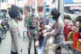 Ribuan masker dibagikan kepada pengunjung Pasar Gede Solo