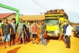 DPRD Kotim sayangkan jalan desa dilalui truk sawit perusahaan
