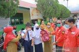 Sekolah terdampak bajir terima bantuan alat tulis dari PMI Bukittinggi