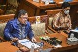 Menristek/Kepala BRIN Bambang Brodjonegoro (kiri) didampingi Wamen Kesehatan Dante Saksono Harbuwono (kanan) menyampaikan paparan saat Rapat Dengar Pendapat (RDP) dengan Komisi IX DPR di Kompleks Parlemen, Senayan, Jakarta, Rabu (3/2/2021). Menristek menyampaikan bahwa vaksin Merah Putih kemungkinan baru bisa digunakan atau mendapat izin pada tahun 2022. ANTARA FOTO/Muhammad Adimaja/nym.