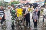 Satgas COVID-19 Pekalongan bagikan masker untuk korban banjir