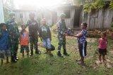 Satgas Yonif PR 432 Kostrad bagi sembako warga Elelim Papua