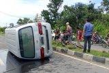 Minibus di jalan raya depan Poltekpar Lombok Tengah tabrak pembatas jalan