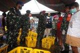 Danlantamal VIII membagikan masker di TPI Tumumpa cegah COVID-19