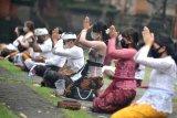Umat Hindu melakukan persembahyangan Hari Pagerwesi, di Pura Jagatnatha, Denpasar, Bali, Rabu (3/2/2021). Hari Pagerwesi yang merupakan rangkaian Hari Saraswati atau hari turunnya ilmu pengetahuan diperingati oleh umat Hindu di Bali dengan melakukan persembahyangan untuk keteguhan iman dalam menerapkan ilmu pengetahuan dengan tetap menerapkan protokol kesehatan pencegahan COVID-19 selama kegiatan persembahyangan. ANTARA FOTO/Fikri Yusuf/hp.
