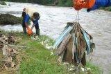 Anggota satgas naturalisasi Ciliwung Kota Bogor mengumpulkan sampah masker medis bekas pakai, di bantaran sungai Ciliwung, Kelurahan Sukaresmi, Kota Bogor, Jawa Barat, Rabu (3/2/2021). Sebanyak 40 sampah masker medis ditemukan di bantaran sungai Ciliwung tersebut yang dapat membahayakan serta mencemari lingkungan karena tidak dapat terurai dengan tanah. ANTARA FOTO/Arif Firmansyah/hp.