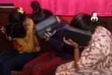 Tiga orang remaja menutup wajah saat menjalani pemeriksaan di Polsek Pontianak Selatan, Pontianak, Kalimantan Barat, Kamis (4/2/2021). Polsek Pontianak Selatan bersama Komisi Perlindungan dan Pengawasan Anak daerah (KPPAD) Kalbar mengamankan sebanyak 17 remaja pelaku Tindak Pidana Perdagangan Orang (TPPO) yang diduga terlibat prostitusi daring di dua hotel berbeda di Pontianak, dan sebanyak 10 orang di antaranya merupakan anak di bawah umur. ANTARA FOTO/Jessica Helena Wuysang/rwa.