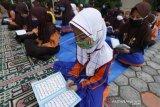 SKB Tiga Menteri Tenteng Seragam Sekolah